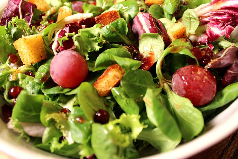 Bunter Salat mit Croûtons und sweet Chilli Sauce